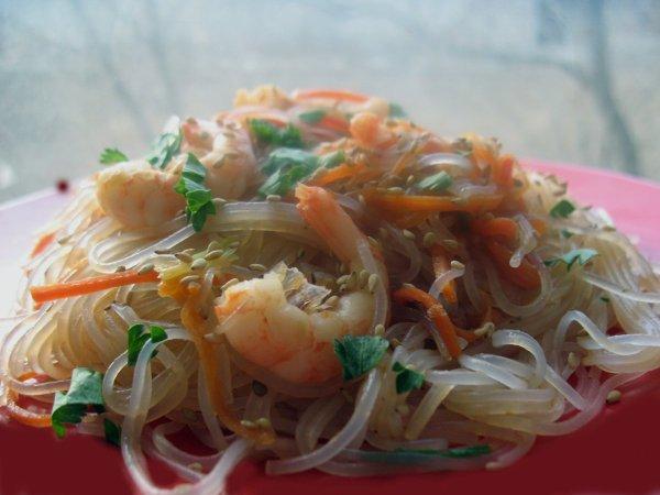 Азиатский салат из фунчозы с креветками