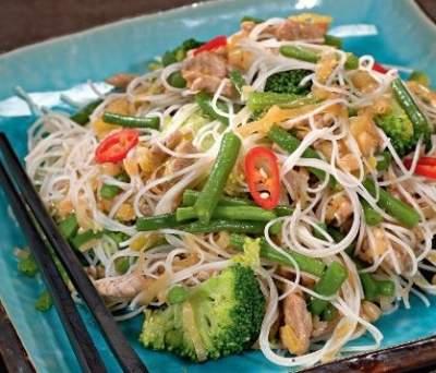 Салат из фунчозы с индейкой и брокколи