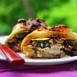Куриное филе «Веллингтон» с грибами, жареным луком и сыром в слоеном тесте