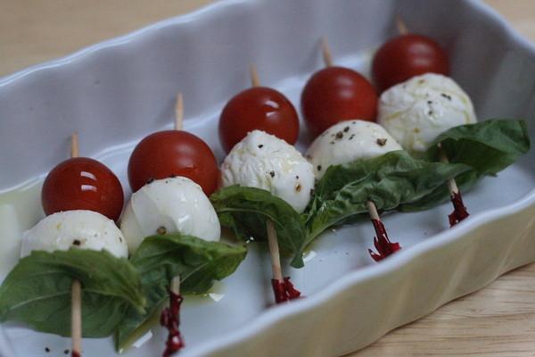 Закуска на шпажках из помидоров, сыра и базилика