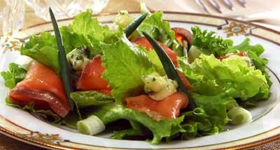 Салат с копченым лососем, соленым лимоном и миндалем