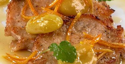 Запеченная свинина с конфитюром из лука, чеснока и винограда