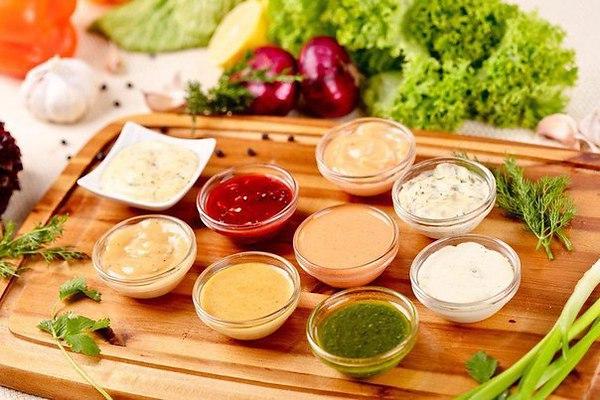 соус из растительного масла яичного желтка и различных приправ