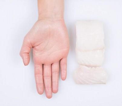 Порция белой рыбы - вся кисть руки
