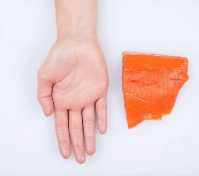 Порция жирной рыбы - ладонь