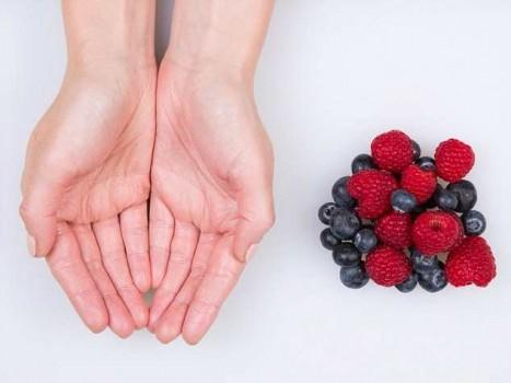 Порция ягод - две ладоши