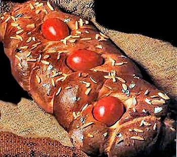 Сдобный пасхальный хлеб с крашеными яйцами