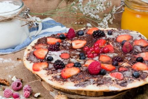 Десертная пицца с ягодами