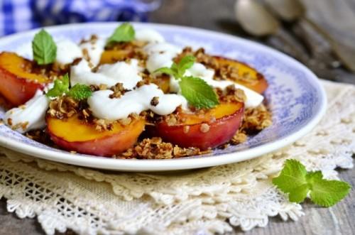 Персики с йогуртом и имбирным печеньем